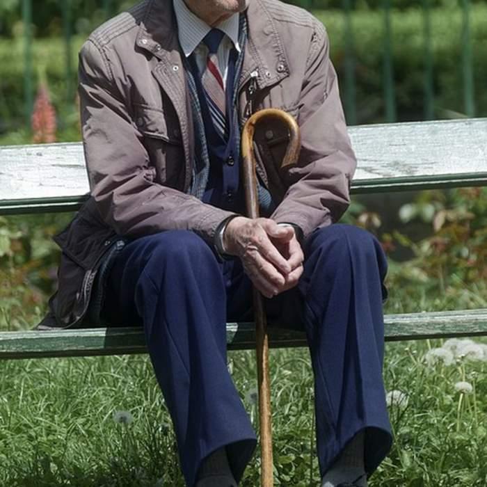 Bătrân de 94 de ani din Italia, batjocorit de două românce într-un azil. Este de-a dreptul uluitor ce au putut să-i facă