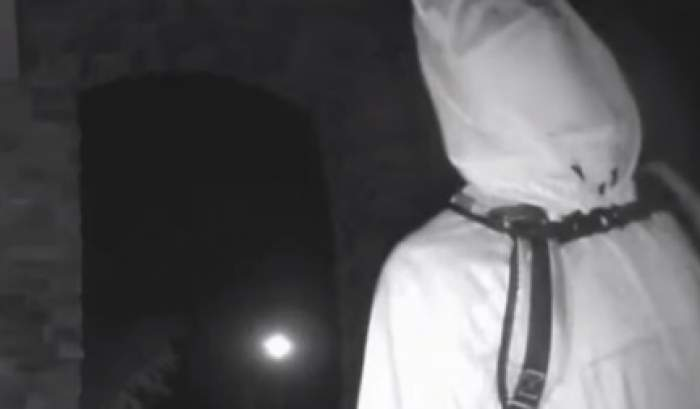 Un bărbat i-a băgat în sperieți pe locuitorii unui cartier! Motivul incredibil pentru care a purtat o mască și o lampă de miner pe cap