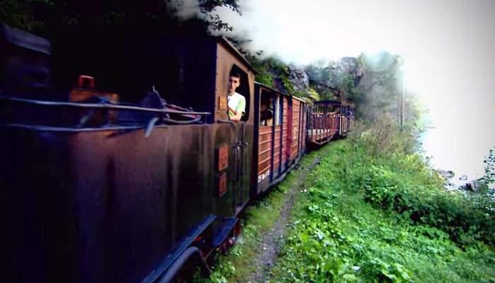 Panică în trenul Mocănița, una dintre cele mai mai atracții din România. Călătorii au fost atacați în timpul cursei turistice