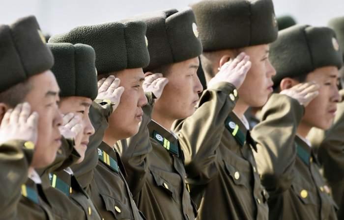 ÎNTREBAREA ZILEI: De ce salută soldații cu mâna dreaptă dusă la tâmplă?