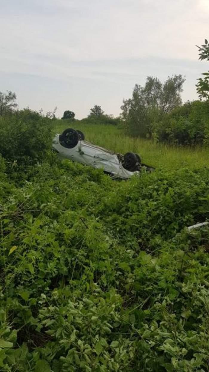 Un şofer fără experienţă a ajuns cu maşina-n râpă!