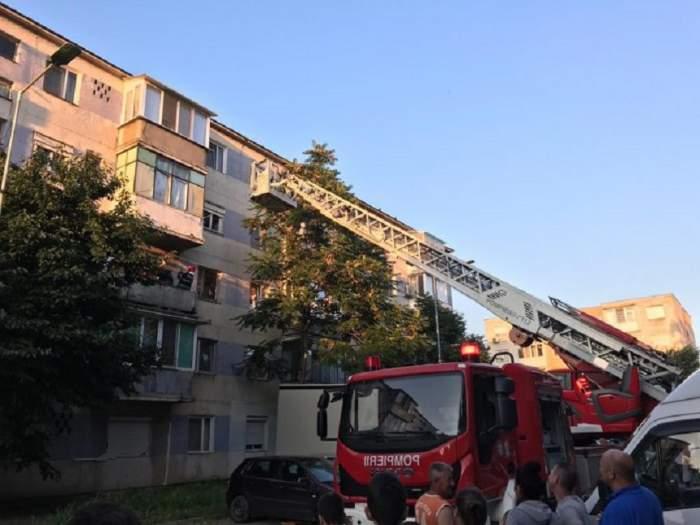 Situaţie incredibilă la Arad! Poliţia nu lasă pompierii să intre în apartamentul unui bărbat, care se presupune că a decedat