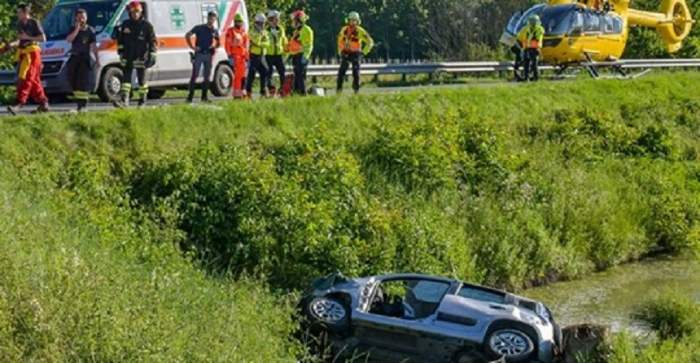 Români aplaudaţi în Italia, după ce au salvat doi oameni de la înec! Au înclinat un autoturism doar cu forţa braţelor