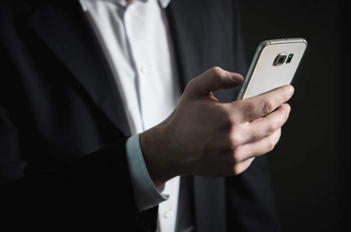 """ÎNTREBAREA ZILEI: Ce se poate întâmpla dacă nu dai telefonul pe """"Mod avion"""" în timpul zborului?"""