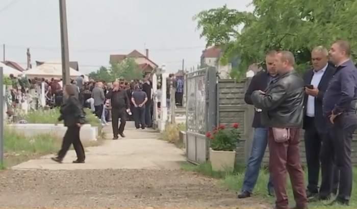 Imagini sfâşietoare de la înmormântarea lui Cristian Amariei! Sute de oameni, prezenţi / VIDEO