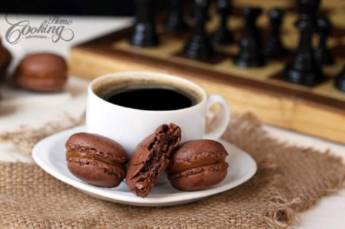 REȚETE de desert: Macarons de ciocolată, umpluți cu caramel sărat