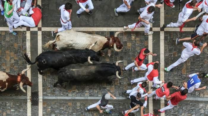 Incident șocant în Spania! Trei oameni au fost luați în coarne de tauri