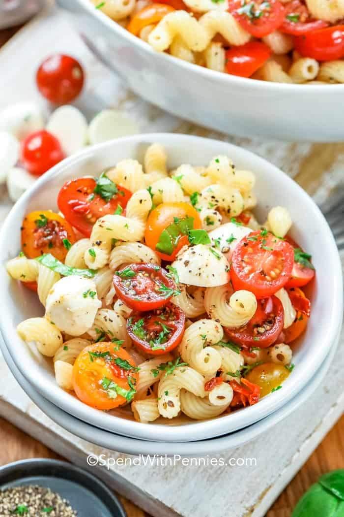REȚETE de salate: Salată de paste, cu capere