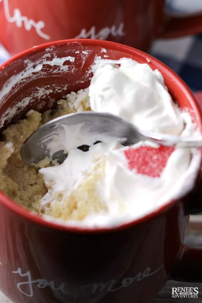 REȚETE rapide: Tort de vanilie la cană, gata în nici 10 minute
