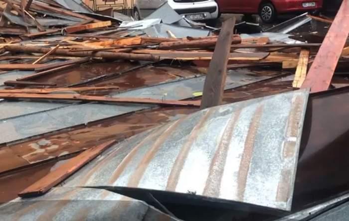 Vijeliile au făcut prăpăd, miercuri după-amiază, în ţară. Acoperişul unui mall s-a prăbuşit, iar o persoană a murit / VIDEO