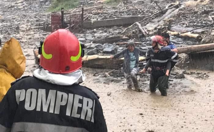 Inundațiile au făcut prăpăd în Argeș! Ambulanța nu a putut ajunge la o persoană rănită. FOTO