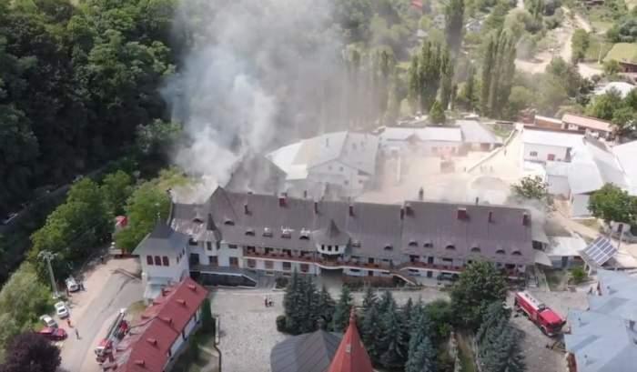 Incendiu puternic la Mănăstirea Râmeţ, vineri după-amiază. Imagini teribile de la faţa locului / VIDEO
