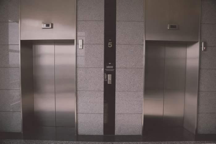 Coșciug rămas blocat în lift, la înmormântare. Preotul a oficiat slujba cu groapa goală