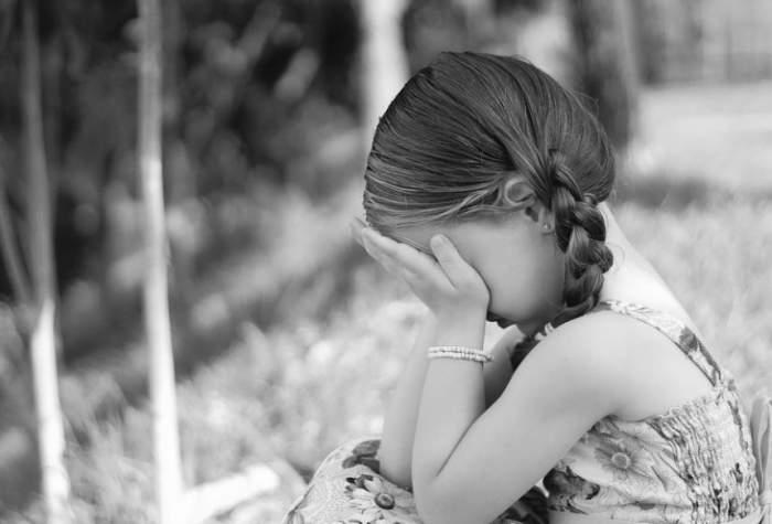 Fetiță de 9 ani din Cluj, obligată de un bărbat să-i trimită fotografii în ipostaze intime. Totul s-a întâmpat pe rețelele de socializare
