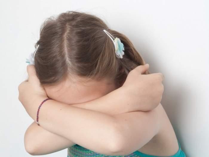 Copilă de numai 10 ani din Hunedoara, violată de propriul frate. Mama celor doi a descoperit ororile!
