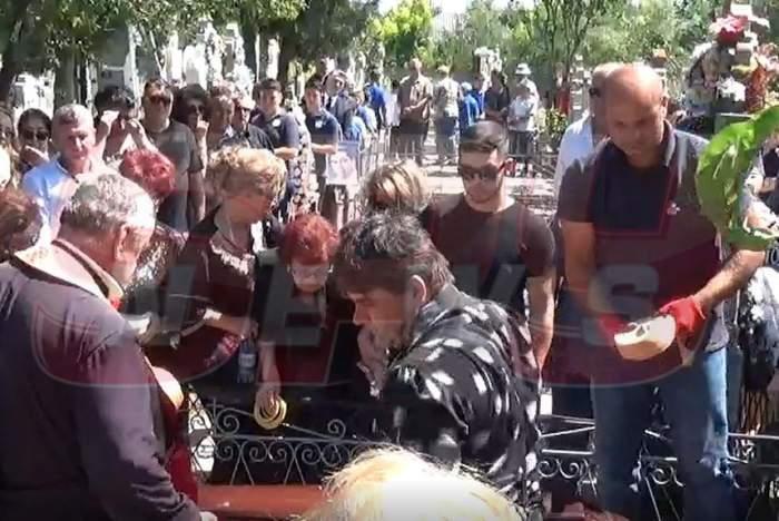 Marcel Toader a fost înmormântat! Scene sfâşietoare cu mama lui, în timp ce sicriul era pus în cavou / VIDEO PAPARAZZI