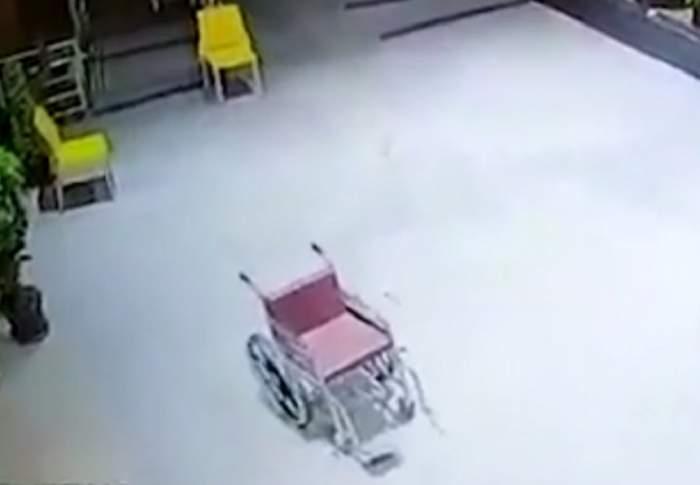 Scene de groază într-un spital! Un scaun cu rotile se plimbă singur şi iese chiar şi în grădină / VIDEO