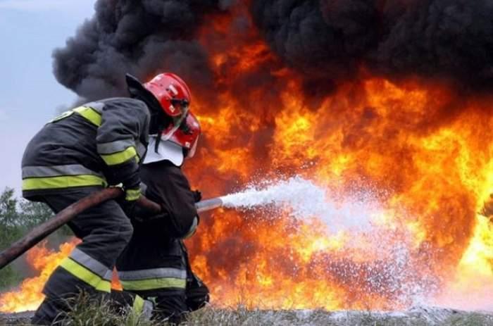Incendiu puternic la Piteşti. Arde o fabrică de mobilă