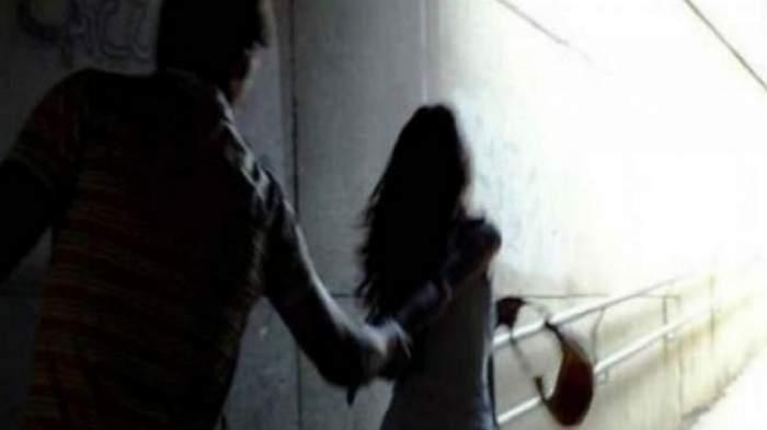 Halucinant! Bărbat din Argeș, reținut după ce a încercat să urce cu forța o adolescentă în mașină