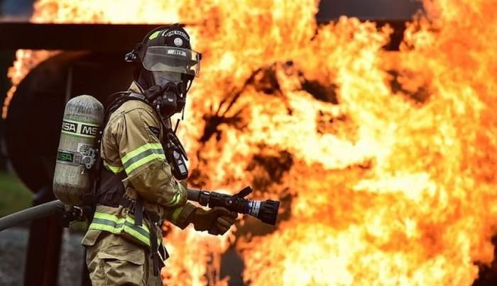 Incendiu la un bloc din Drobeta Turnu-Severin din cauza unei garsoniere. Oameni evacuaţi din locuinţe