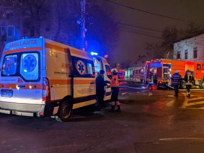Incendiu puternic la un bloc din Bistrița. O persoană a murit, iar altele sunt intoxicate cu fum