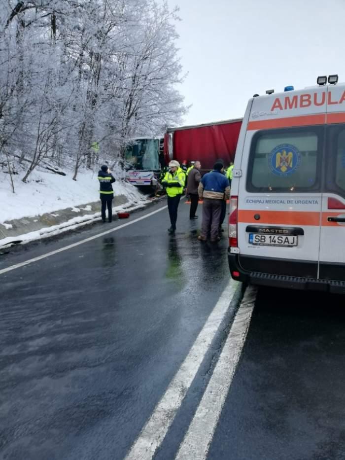 Accident rutier grav pe Valea Oltului. Un autocar cu 43 de pasageri, dar și o mașină au fost lovite violent de un TIR