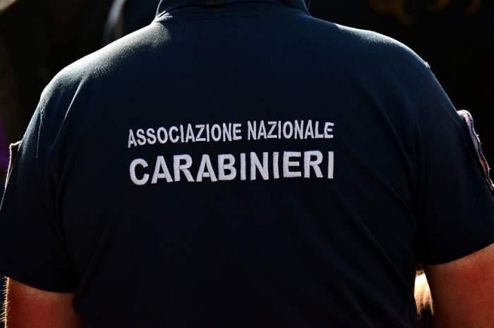 Un român a făcut scandal monstru în Italia. I-a amenințat pe carabinieri, în timp ce își rupea cu bătaia soția