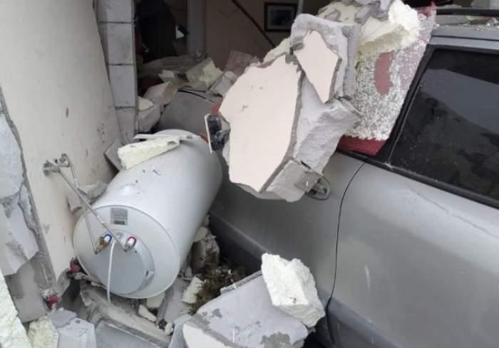 O șoferiță din Bistrița, cu permis de puțin timp, a dărâmat o casă cu mașina. Ce s-a întâmplat cu locatarii