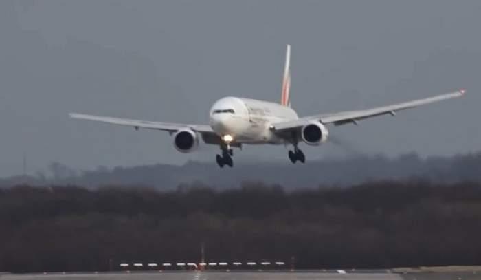 Efectele coronaviruslui. Două mari companii aeriene au anunţat că suspendă toată zborurile către China