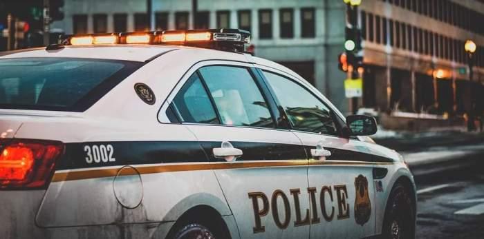 Scenariu de film în maşina de poliţie! O poliţistă a fost prinsă în timp ce făcea dragoste cu un coleg mai bătrân cu 31 de ani