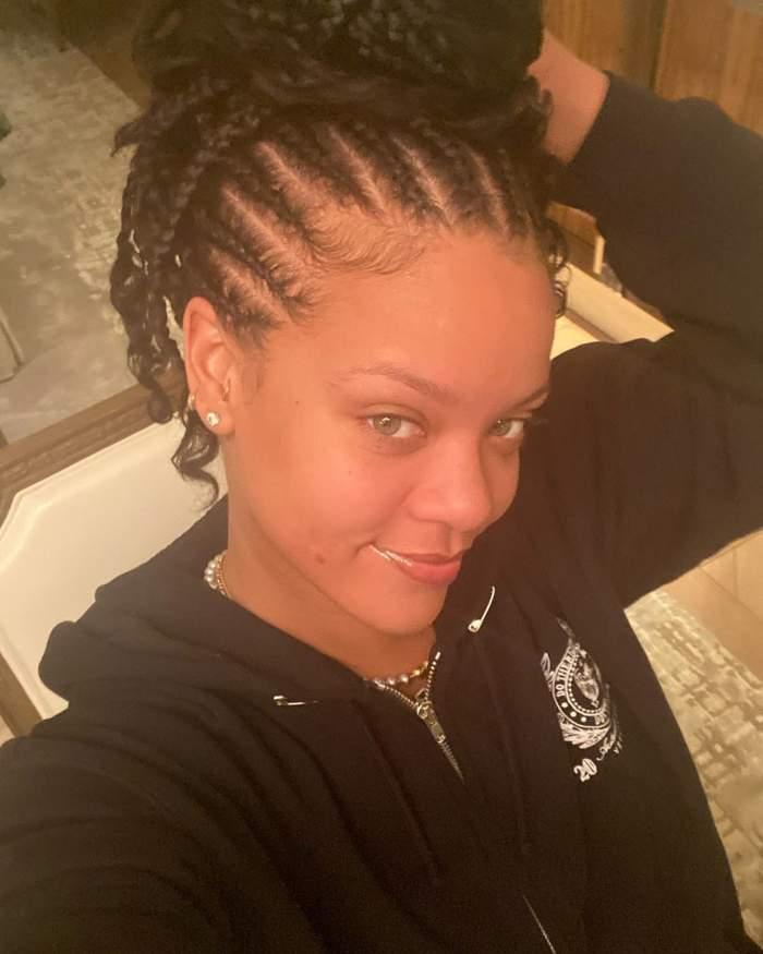 Rihanna s-a pozat nemachiată și cu coșurile la vedere. Cum se laudă cu imperfecțiunile, la 31 de ani