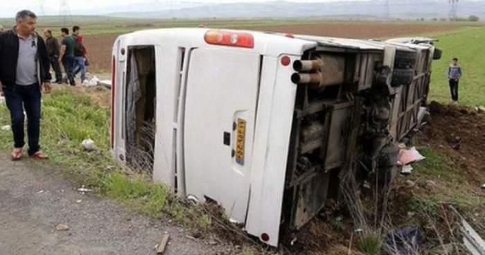 După avionul prăbuşit în Iran, o altă tragedie a avut loc astăzi. Un autocar cu zeci de persoane a căzut într-o râpă. Sunt 19 morţi