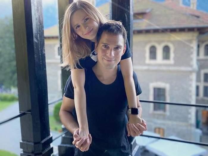 Cristina Ciobănașu și Vlad Gherman pe balcon. Cei doi se țin în brațe.