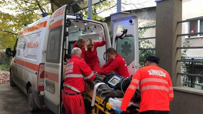 Un copil este urcat în ambulanță de medici.