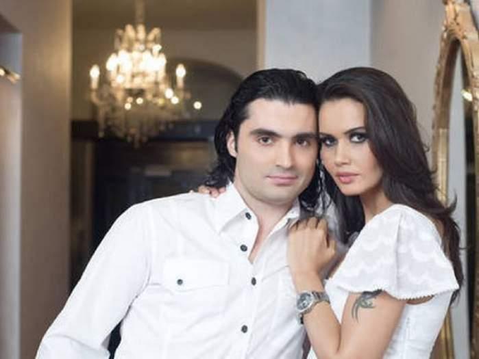 Oana Zăvoranu și Pepe sunt îmbrățișați. El poartă o cămașă albă și ea o bluză albă.