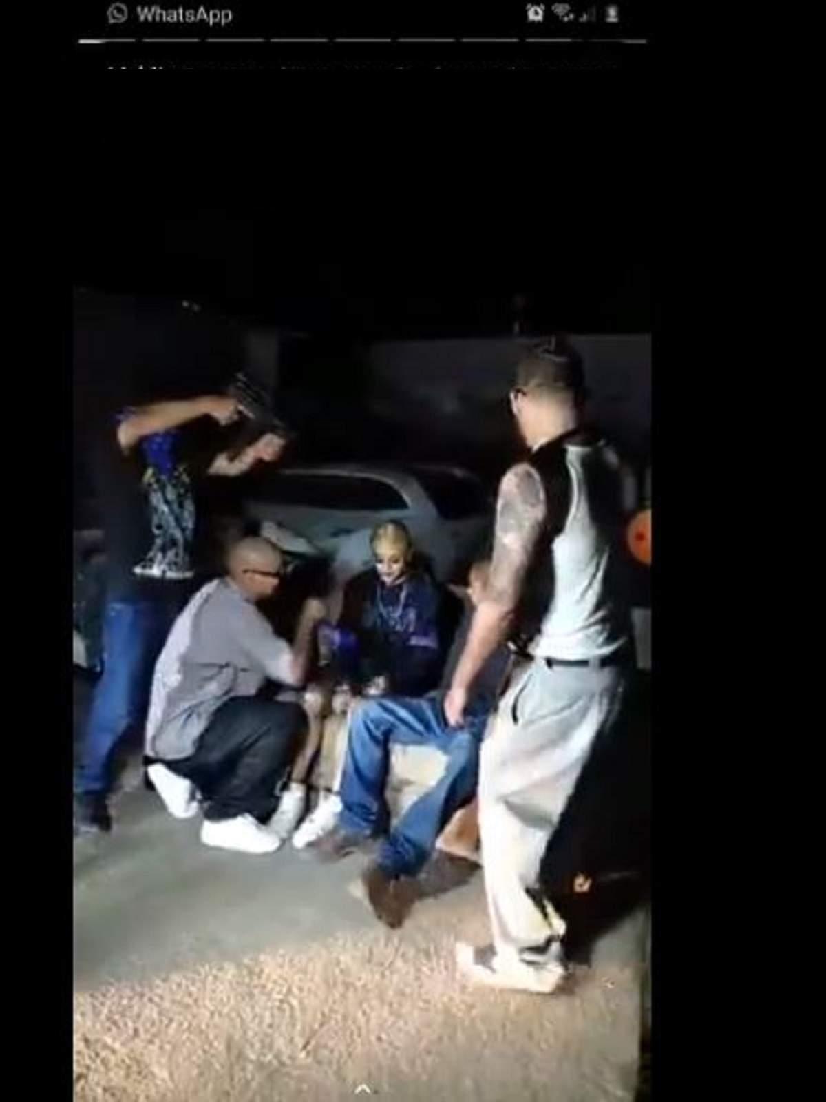 Grup de tineri, fac un filmulet cu arme