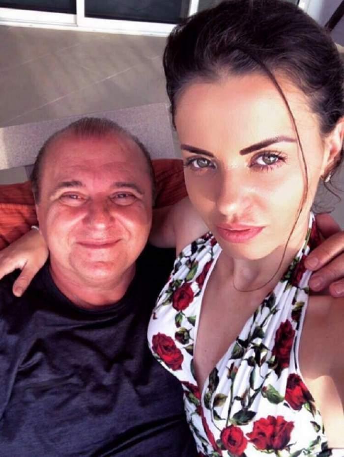 Nick Rădoi și Mădălina Apostol se țin în brațe. El poartă un tricou negru, iar ea o rochie albă, cu flori roșii.