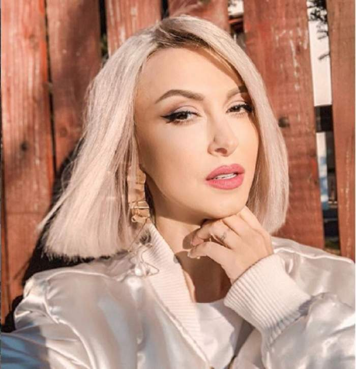 Andreea Balan sia facut un selfi, are parul scurt si o camasa alba