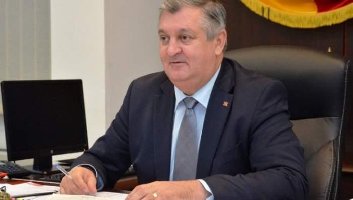 Dan Drăgulin, primarul din Călărași, în costum la birou