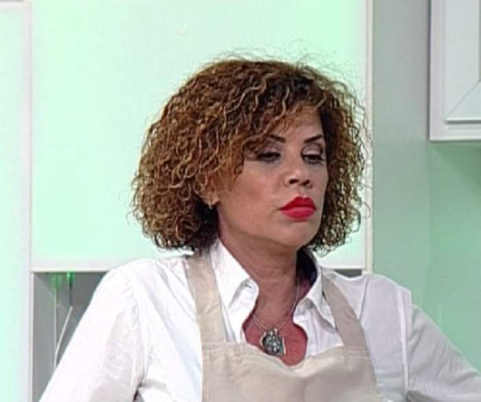 Fotografie cu Luminița Anghel, supărată, îmbrăcată în alb, în platoul unei emisiuni TV