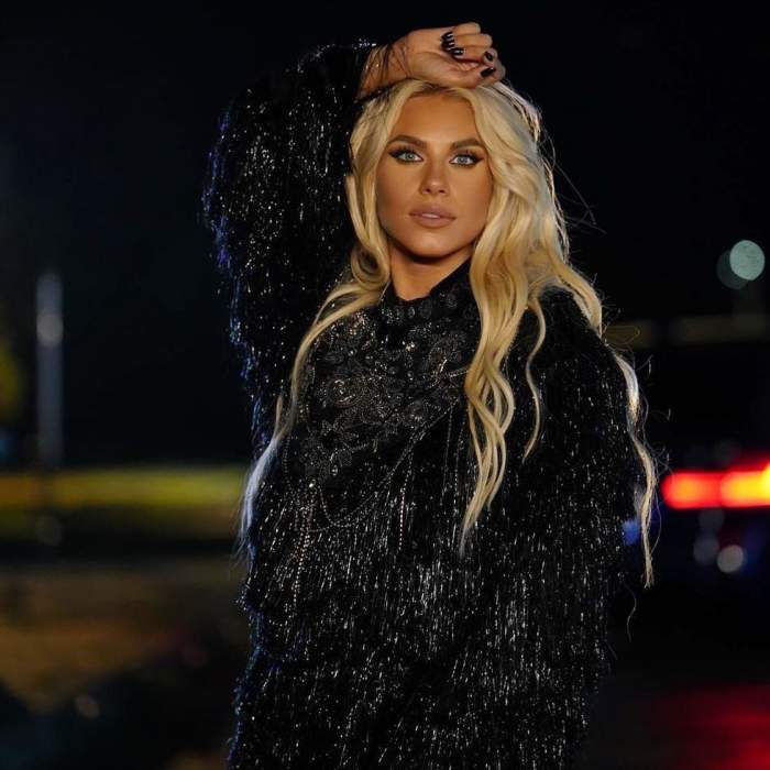 Amna s-a fotografiat la ceas de seară, purtând o ținută neagră