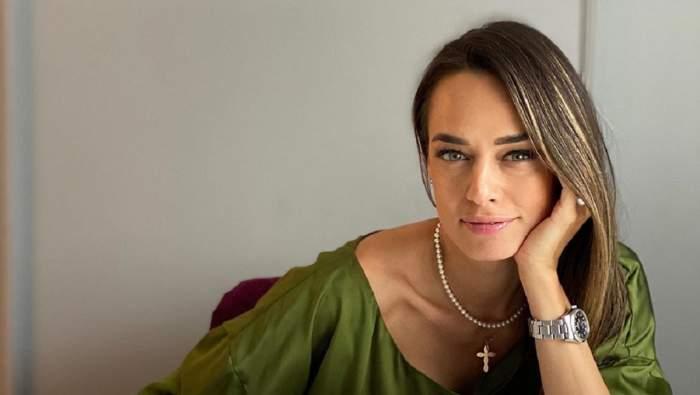 Andreea Raicu într-o buză verde la birou