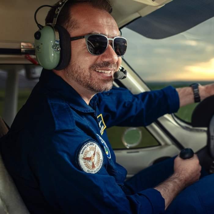 """Ce povestește fostul membru Hi-Q, Mihai Sturzu, despre cariera sa de pilot """"Sunt un om care a reușit să își transforme pasiunile în job"""""""