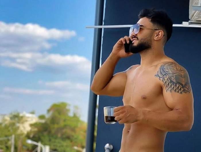 Jador se află pe balcon. Cântărețul ține telefonul la ureche și are în mână o cană.