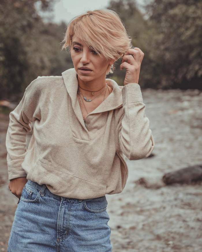 Fotografie cu Giulia Anghelescu, lângă râu