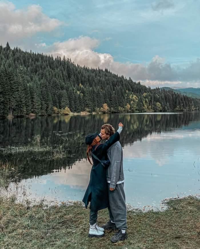 Fotografie cu Alex și Carmen Grebenișan sărutundu-se, lângă un lac
