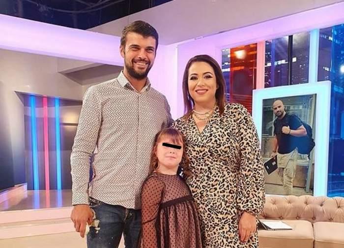 """Oana Roman, Marius Elisei și fiica lor în platoul """"Antena Stars"""". Vedeta poartă o rochie albă cu animal print."""