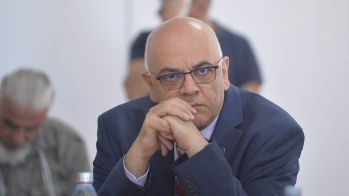 Fotografie cu Raed Arafat , în cadrul unei ședințe, extre de supărat