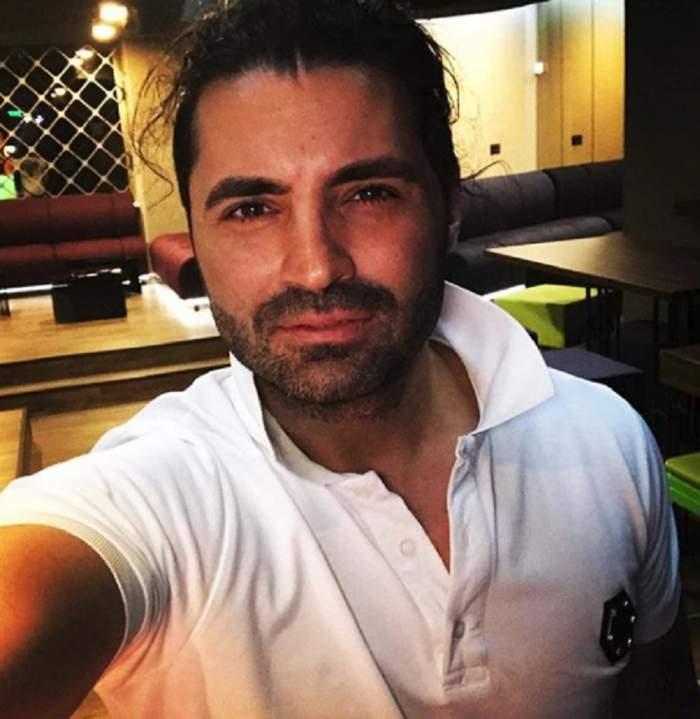 Fotografie cu Pepe îmbrăcat într-un tricou alb
