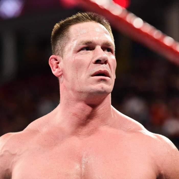 John Cena este în ringul de wrestling. Actorul are gura căscată.